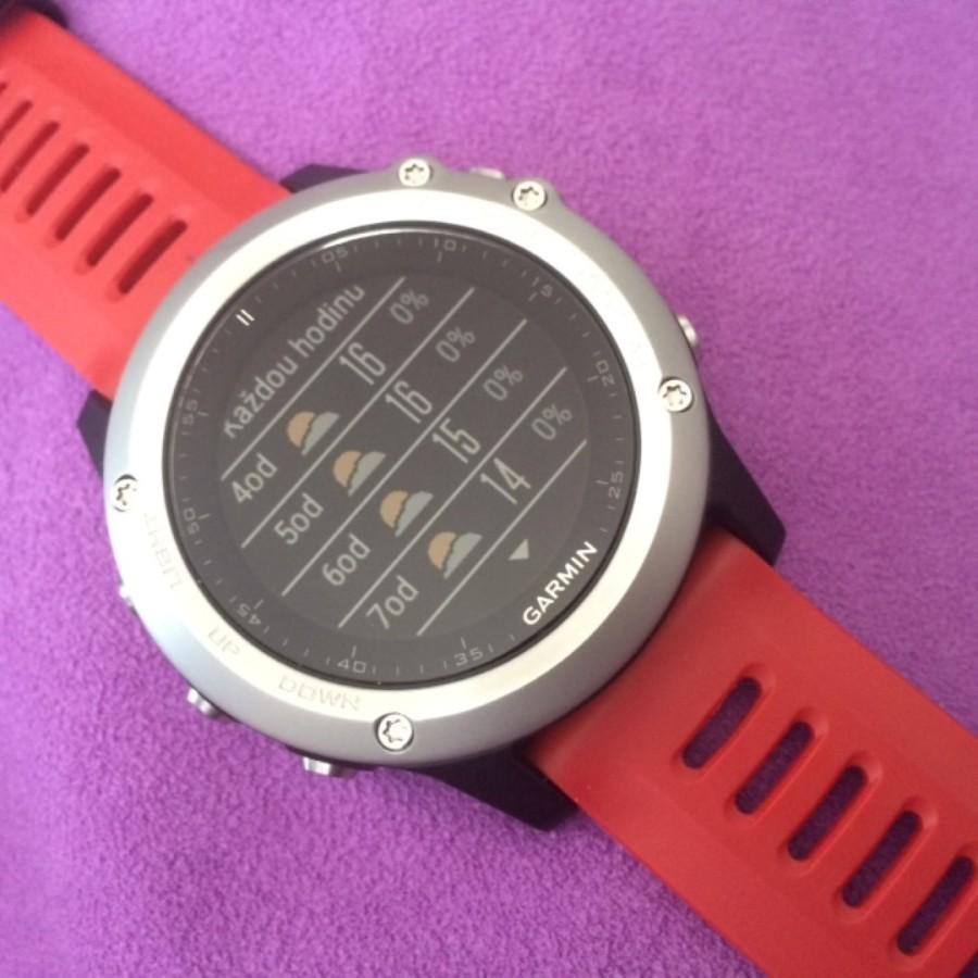 původní widget přímo v hodinkách - předpověď počasí- data se stahují skrze mobilní Garmin Connect - aktualizace průběžně během dne